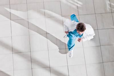 Hospital worker takes dance break, inspires joy for hospital visitors, Twitter users
